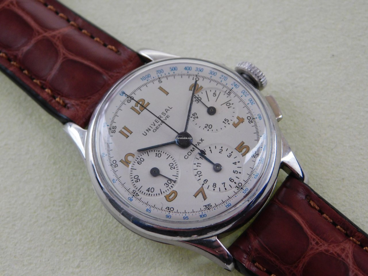 Universal Genève Compax 32201 pre-owned