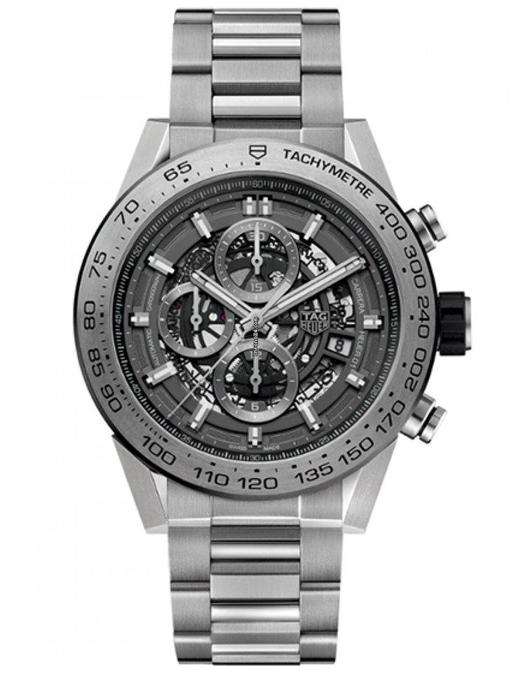 Часы выполнены в корпусе из нержавеющей стали размером 43 мм.