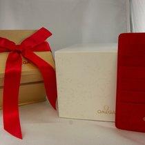 Omega Holzbox  mit Umkarton (rote Schleife)